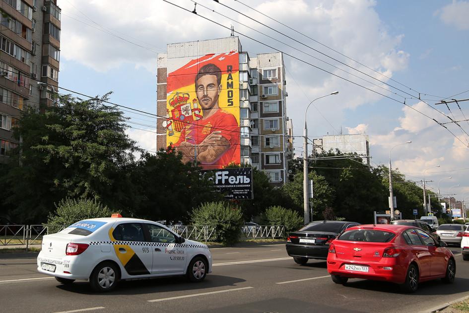 Граффити с изображением игрока сборной Испании по футболу Серхио Рамоса на одном из жилых домов города Краснодара