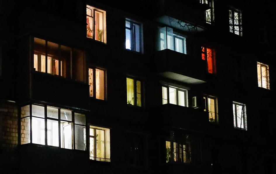Окна жилого дома в период пандемии коронавируса COVID-19. Период с 28 марта по 30 апреля 2020 года объявлен в России нерабочим с целью предотвращения распространения коронавирусной инфекции