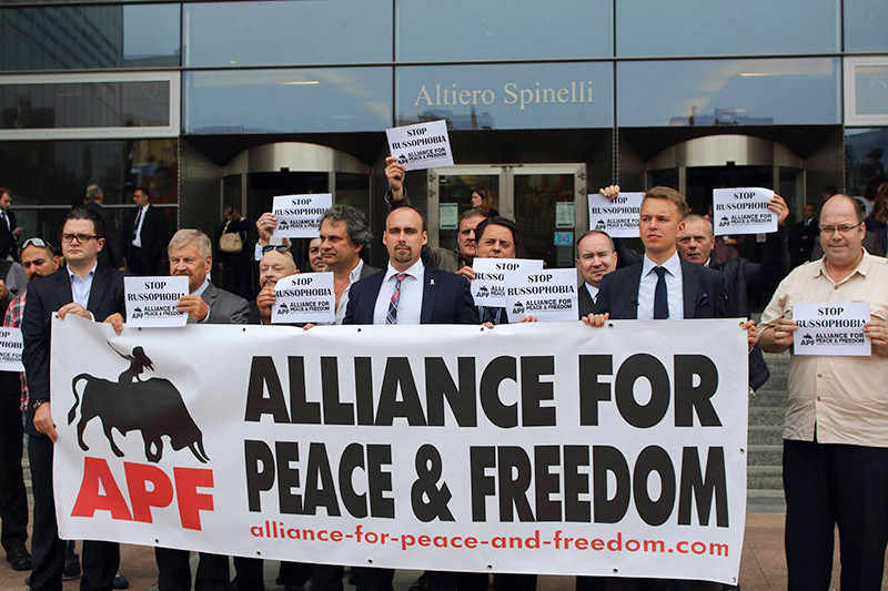 Лидеры движения «Альянс за мир и свободу» Удо Фойгт (ФРГ), Роберто Фиоре (Италия) и Ник Гриффин (Великобритания) на митинге против русофобии у здания Европарламента в Брюсселе, 16 июня 2015 года