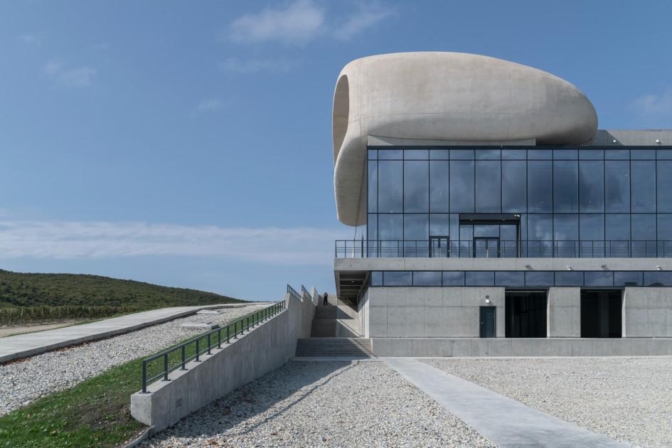Здание построено из бетона и состоит из двух дополняющих друг друга объемов.
