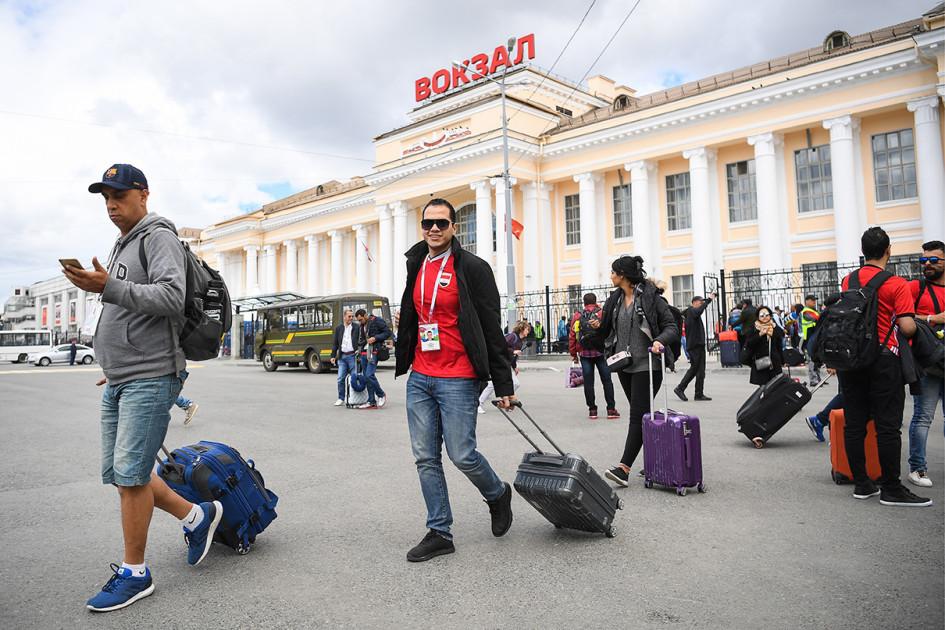 Екатеринбург. Футбольные болельщики, прибывшие из Москвы на бесплатном дополнительном поезде Free Ride, на железнодорожном вокзале