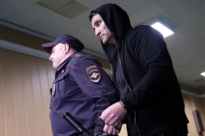Экс-директор Хованского кладбища Юрий Чабуев (справа), задержанный поделу омассовой драке сострельбой наХованском кладбище, вПресненском суде, 16 мая 2016 года.