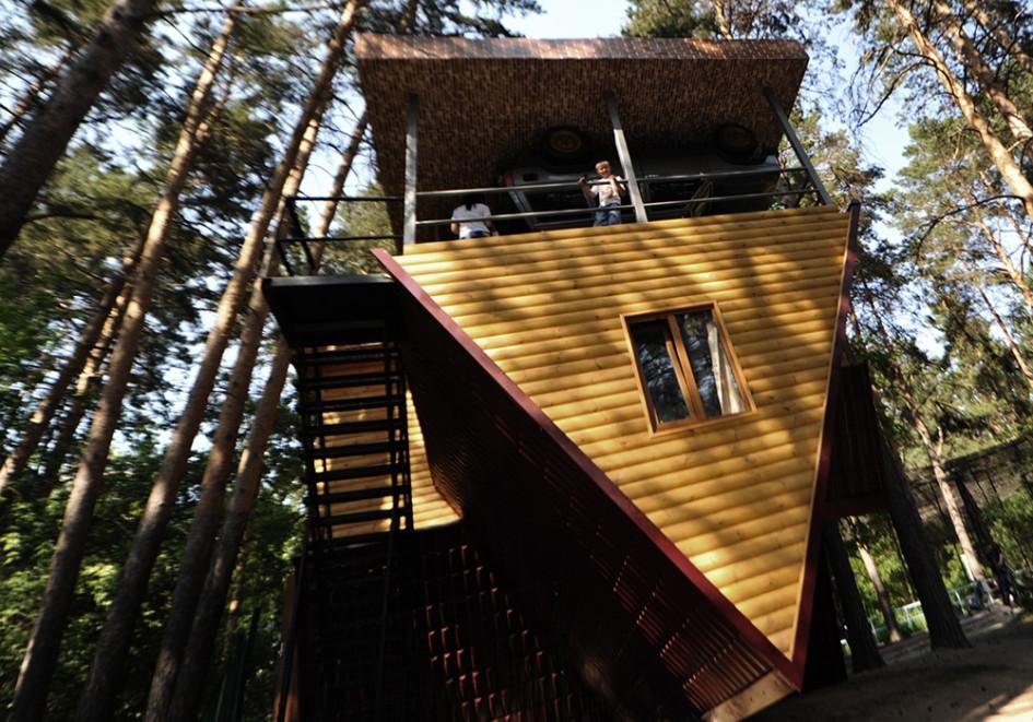 Вид на перевернутый дом, построенный на территории Новосибирского зоопарка предпринимателями из Крыма