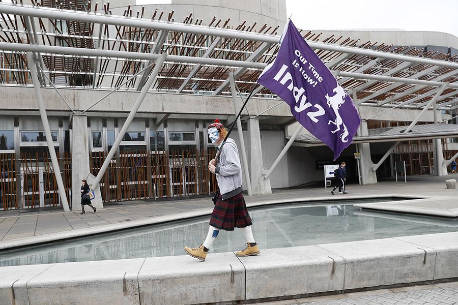 Сторонники шотландской независимости у здания парламента вЭдинбурге