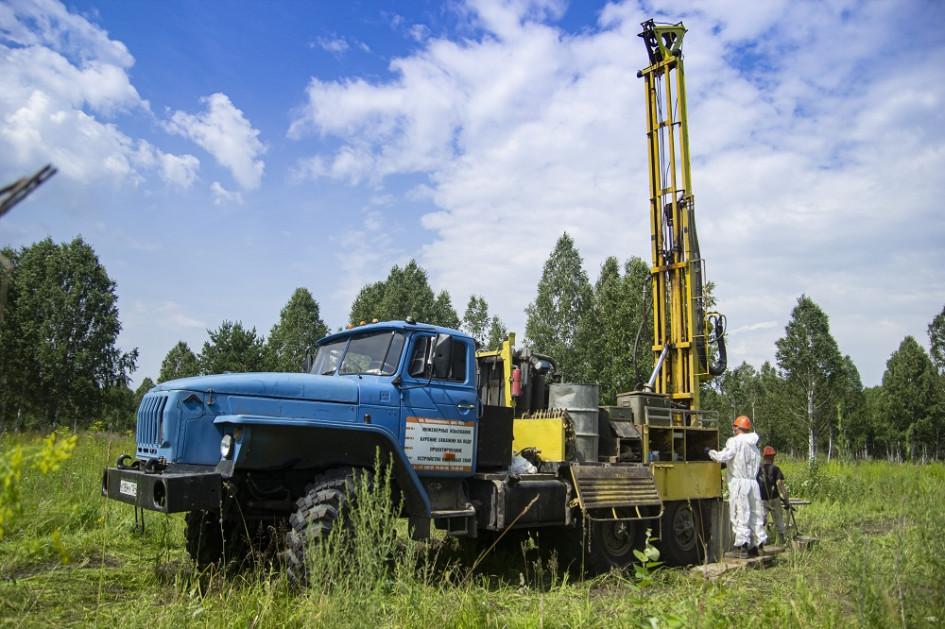 В рамках геологических изысканий пробурено около 5,9 тыс. погонных метров скважин из 6 тыс. погонных м. запланированных. Глубина скважин до 50 м