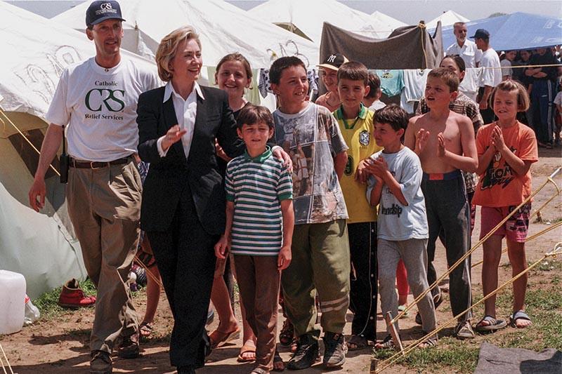 Клинтон обещает урегулировать положение части нелегальных мигрантов вСША идаже создать министерство поделам мигрантов (нафото— влагере беженцев изКосово вМакедонии, 1999год)