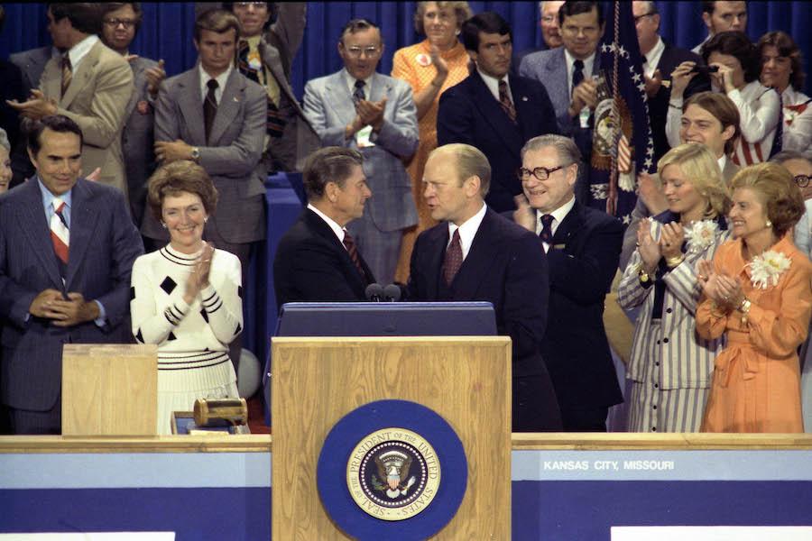 На республиканском съезде 1976 года Рейган (слева) проиграл Форду (справа), но последний полгода спустя проиграет сами выборы президента демократу Джимми Картеру. Четыре года спустя Рейганвсе же получит партийную номинацию и следом одержит победу в президентской гонке