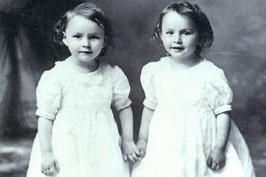 Грейс с ее сестрой-близнецом Глэдис