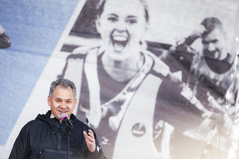 25 апреля министр обороны Сергей Шойгу лично открывал очередной сезон «Гонки». Развитием проекта в регионах занимается его дочь, 24-летняя выпускница МГИМО Ксения