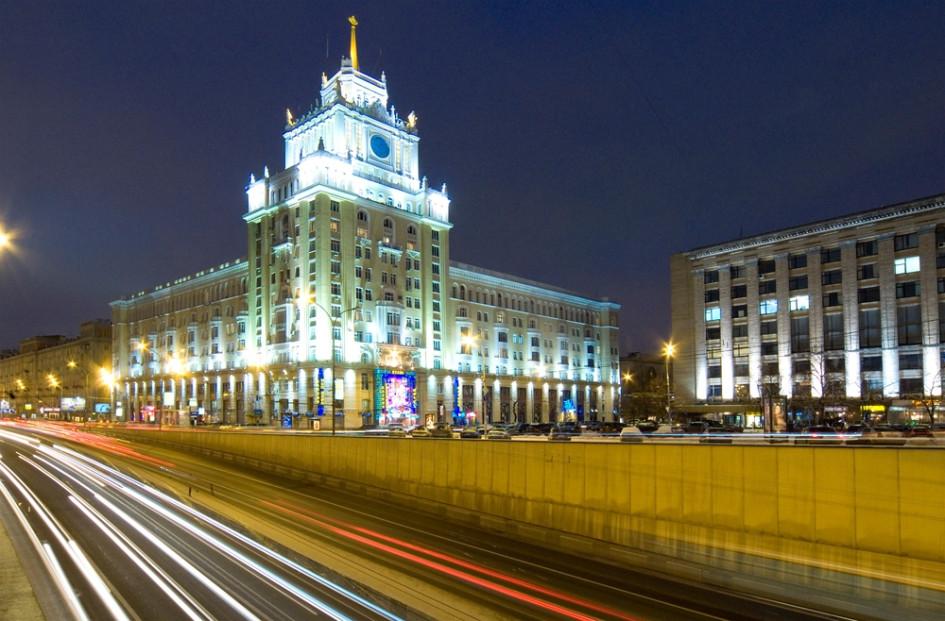 Московская гостиница «Пекин» построена по проекту архитектора Дмитрия Чечулина в типичном сталинском стиле в 1949—1955 годах. Официально гостиница была открыта в 1956 году. Здание гостиницы является памятником архитектуры