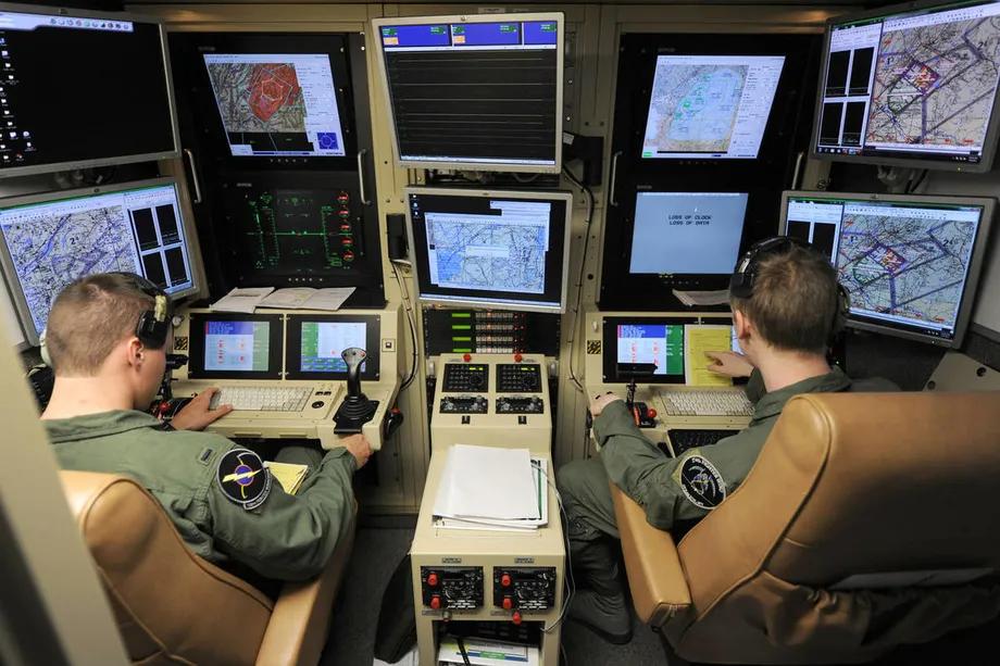 Пилот-студент и оператор-сенсор, управляющий MQ-9 Reaper в наземной кабине