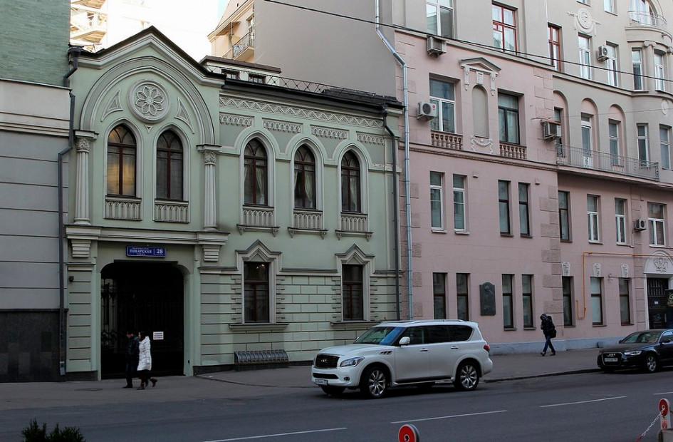 Бывший доходный дом наПоварской, 26 (на фото справа)