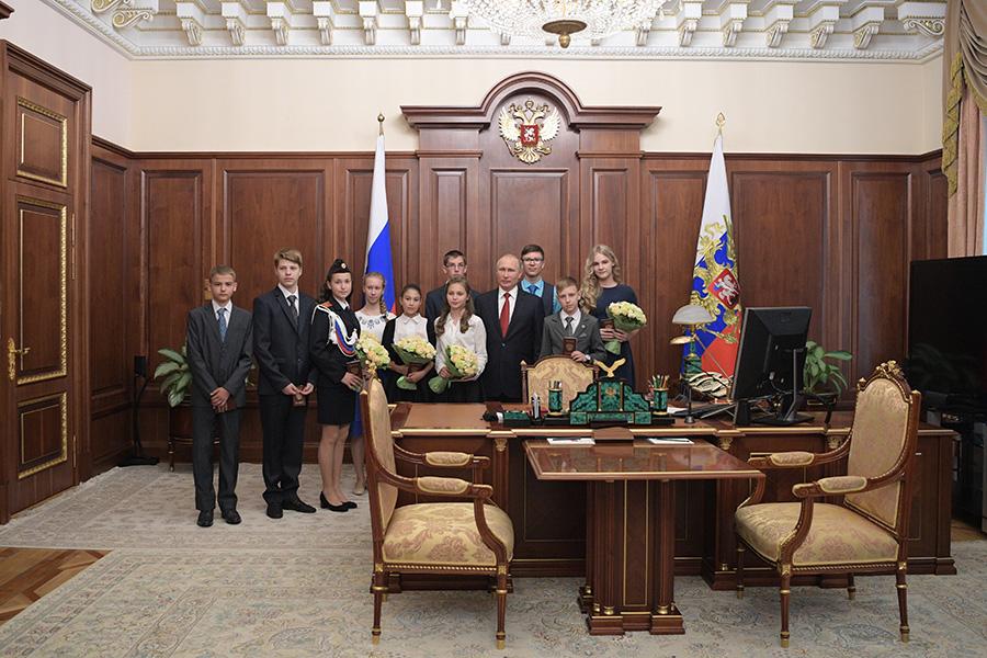 Владимир Путин в рабочем кабинете со школьниками