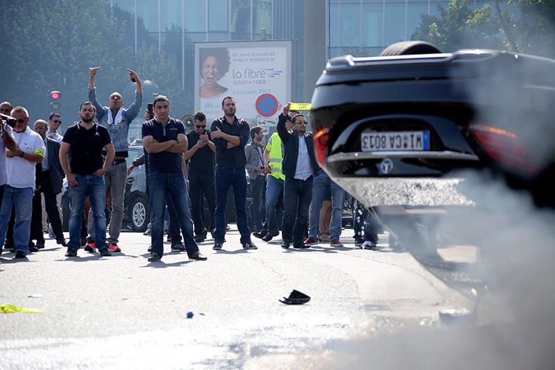 Протесты парижских таксистов противUber виюне 2015 года переросли вмассовые беспорядки