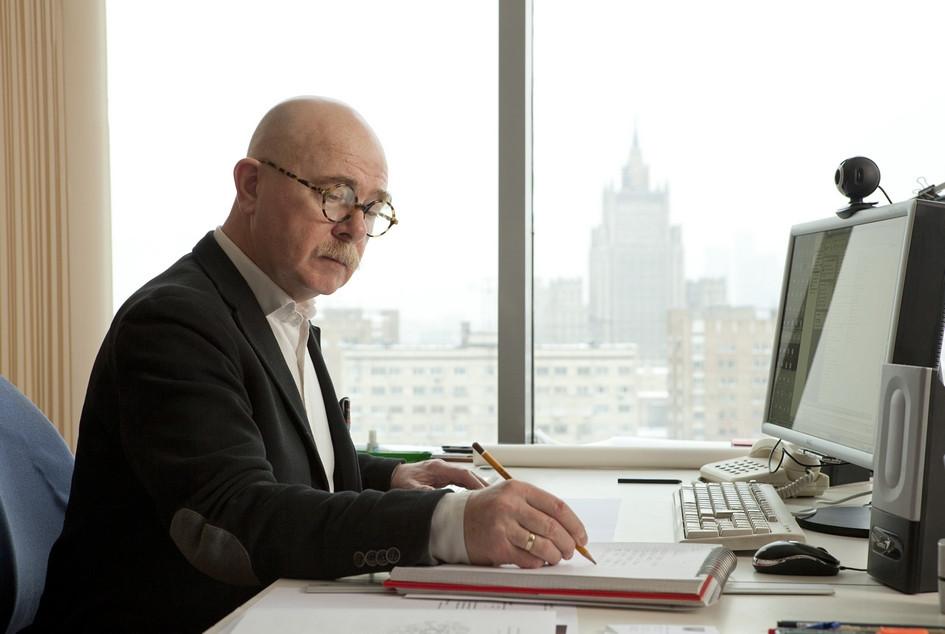Евгений Асс в своем рабочем кабинете