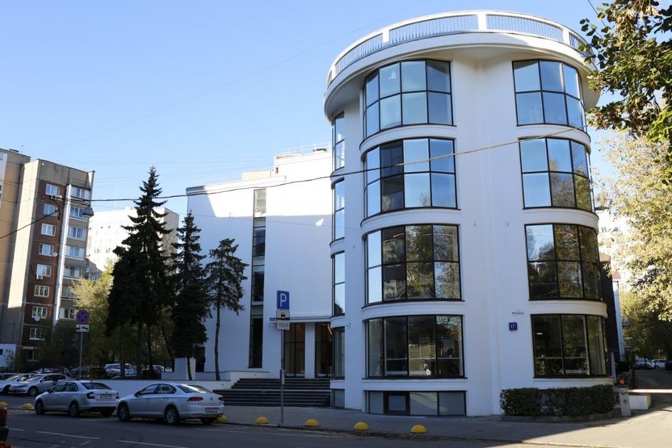 Здание клуба «Буревестник» после реставрации. Вид на центральную часть фасада