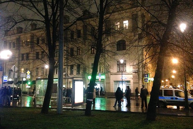 Сотрудники полиции на месте взрыва на автобусной остановке на улице Покровка в Москве