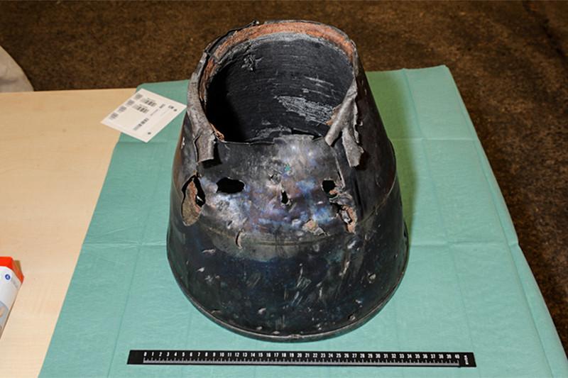 Фотография детали, которая вотчете совместной следственной группы поделу окрушении рейса MH-17 названа соплом ракеты «Бук»