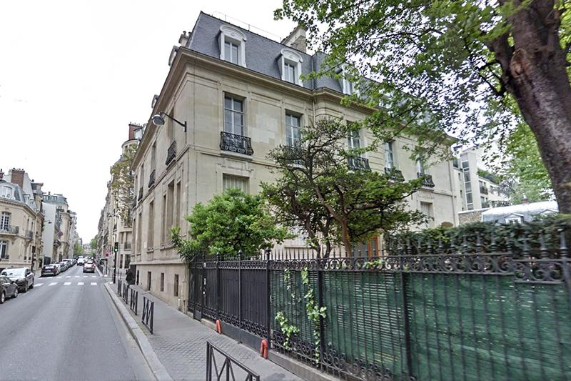 Служебно-жилое здание военного атташата РФ  Париж, Лонгшам, 131  Военный атташат занимает двухэтажный дом с мансардой и цокольным этажом 1902 года постройки. Часть крыши—стеклянная, стены облицованы натуральным камнем. На первом этаже расположены представительские помещения, на втором и цокольном—квартиры. В здании также есть зимнийсад. В распоряжении атташата—два двухэтажных флигеля: в одном из них находятся гараж, спортзал и детская игровая комната, во втором—квартиры. Площадь участка, вымощенного бетонной и гранитной брусчаткой и огороженного кованой решеткой,—1,6тыс.кв.м