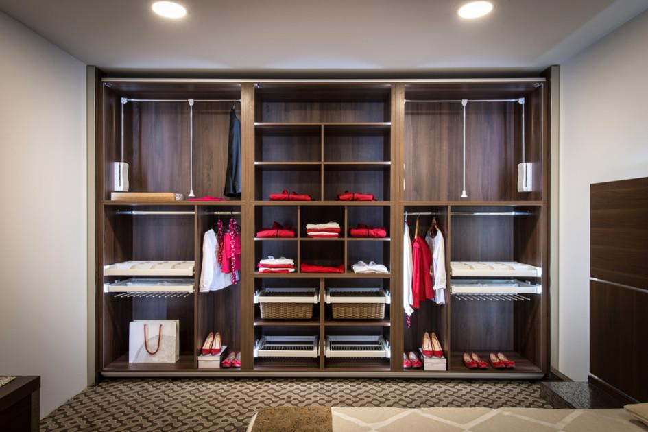 Шкафы-купе или гардероб тоже можно считать встраиваемой мебелью