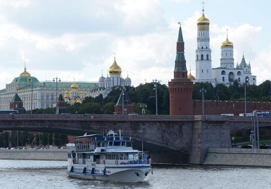 Вид на Большой Москворецкий мост и Московский Кремль