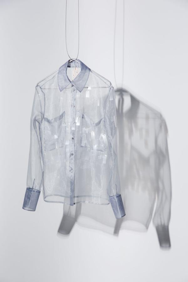 Прозрачная рубашка из переработанного пластика