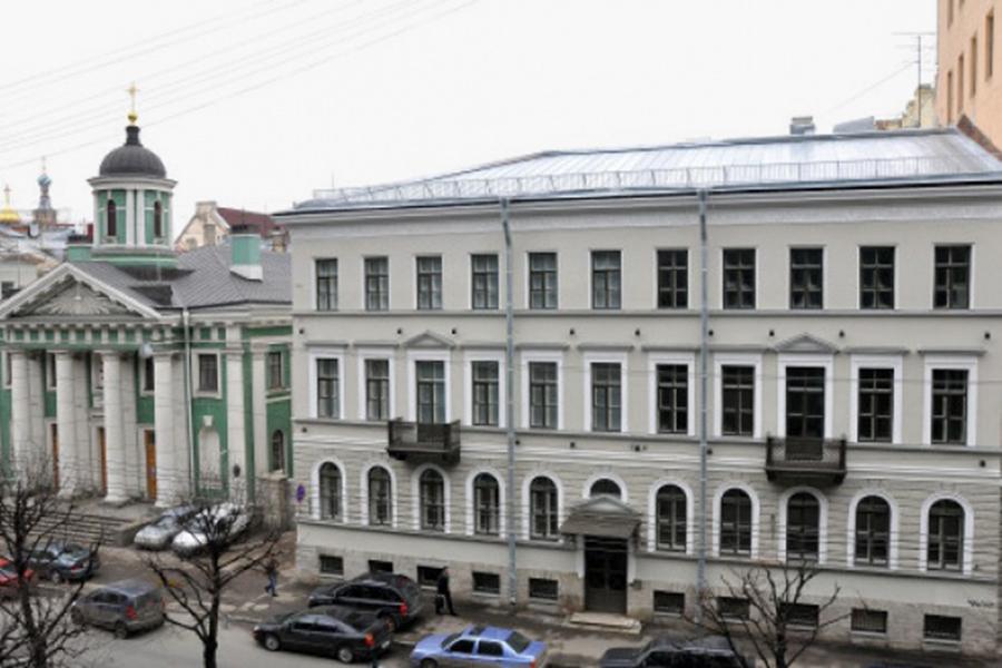 Здание Института Финляндии (справа)