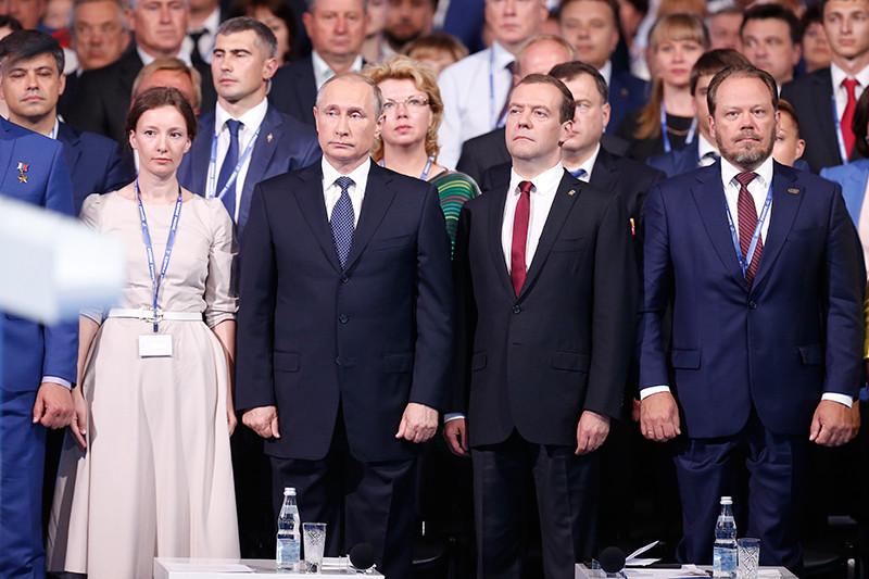 Глава Ассоциации организаций взащиту семьи Анна Кузнецова, президент России Владимир Путин ипремьер-министр России Дмитрий Медведев (слева направо) насъезде партии «Единая Россия»,27 июня 2016 года