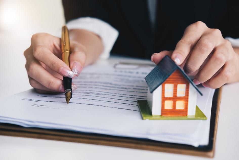 Если человек уже имеет долю в квартире, то отказаться от нее с помощью письменного заявления не получится