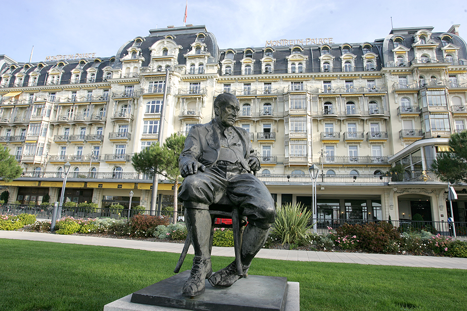 ПамятникВладимиру Набокову возле отеляMontreux Palace