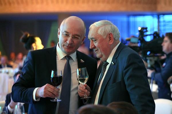 Сенатору Степаку Киричуку (справа) эксперты отдали две номинации — «Лоббист года» и «Заявление года»