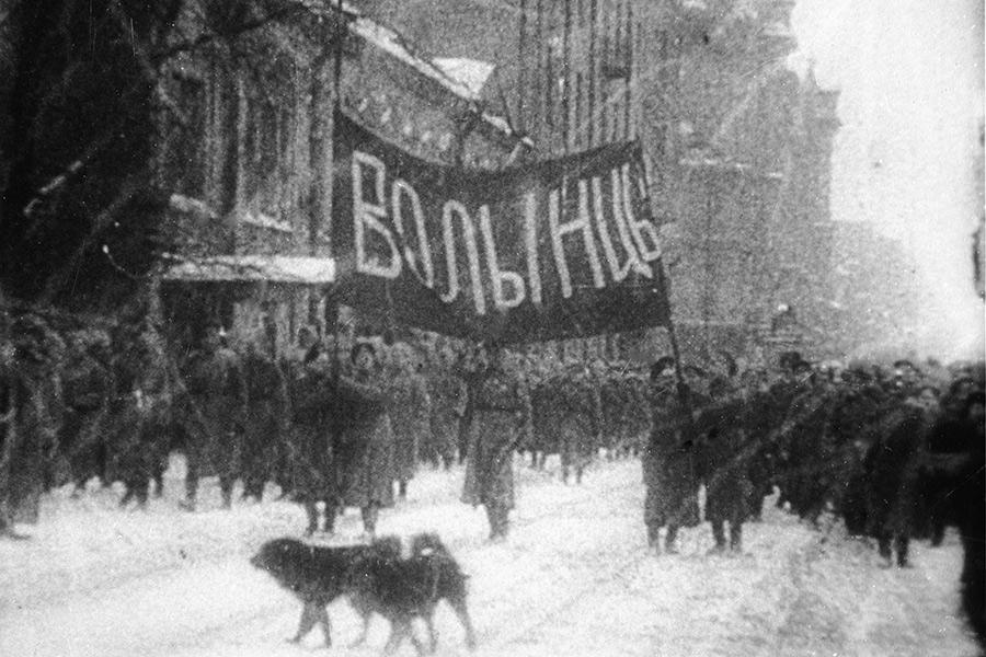 Восставшие солдаты Волынского полка идут странспарантами кТаврическому дворцу. 27 февраля 1917 года