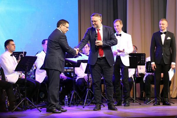 Первую награду вечера — «За вклад в развитие регионов УрФО» получил тюменский губернатор