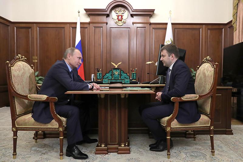 Президент России Владимир Путин (слева) иМаксим Орешкин, назначенный министром экономического развития России вовремя встречи вКремле