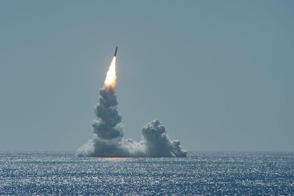 Ракетная стрельба баллистической ракетой Trident II (D5LE) в Тихом океане.