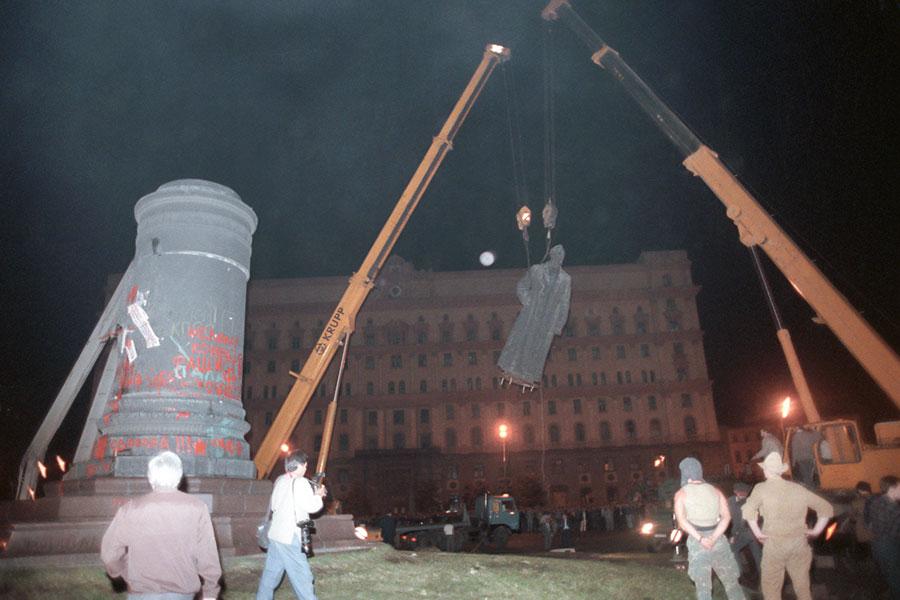 Демонтажпамятника Дзержинскому. 1991 год