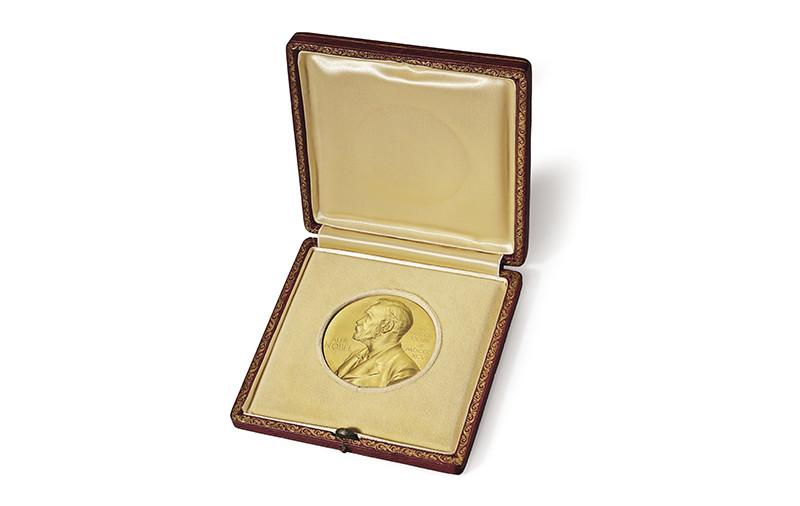 Нобелевская медаль Джеймса Уотсона, полученная им в 1962 году за достижения в области физиологии и медицины