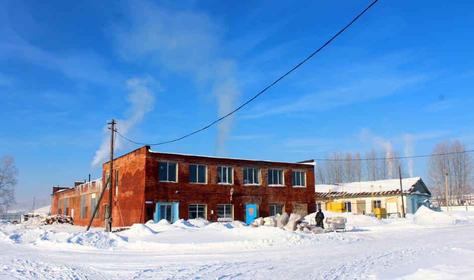 Раньше в этих зданиях был колхоз и пилорама, в последние годы они пустовали и пришли в упадок.