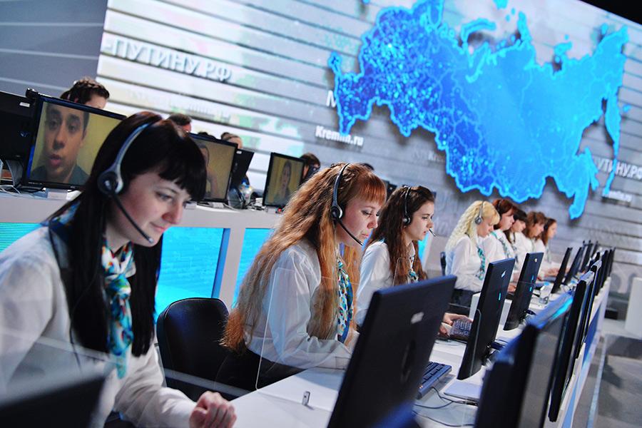 Операторы единого центра обработки сообщений встудии ежегодной специальной программы «Прямая линия сВладимиром Путиным» вГостином дворе. 2016 год