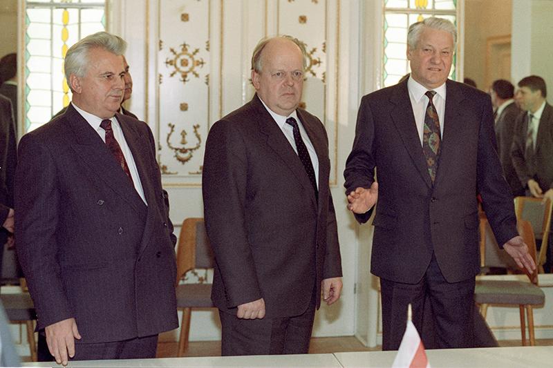 Леонид Кравчук, Станислав Шушкевич иБорис Ельцин послеподписания соглашения (слева направо). 8 декабря 1991 года