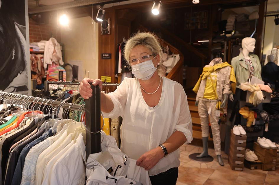Сюзанна Рихтер, владелица магазина модной одежды Zeitsprung в Тюрингии. Этот район является одним из наиболее пострадавших от пандемии коронавируса