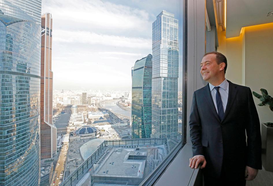 Премьер-министр России Дмитрий Медведев во время посещения здания правительственного комплекса на территории «Москва-Сити»
