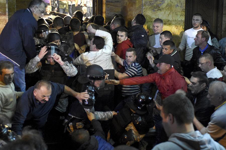 Митингующие врываются в здание парламента