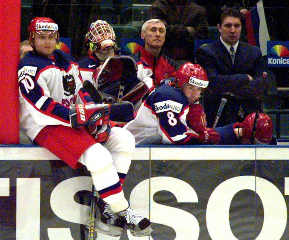 Санкт-Петербург. Павел Буре (слева) после очередного поражения сборной России на чемпионате мира 2000 года