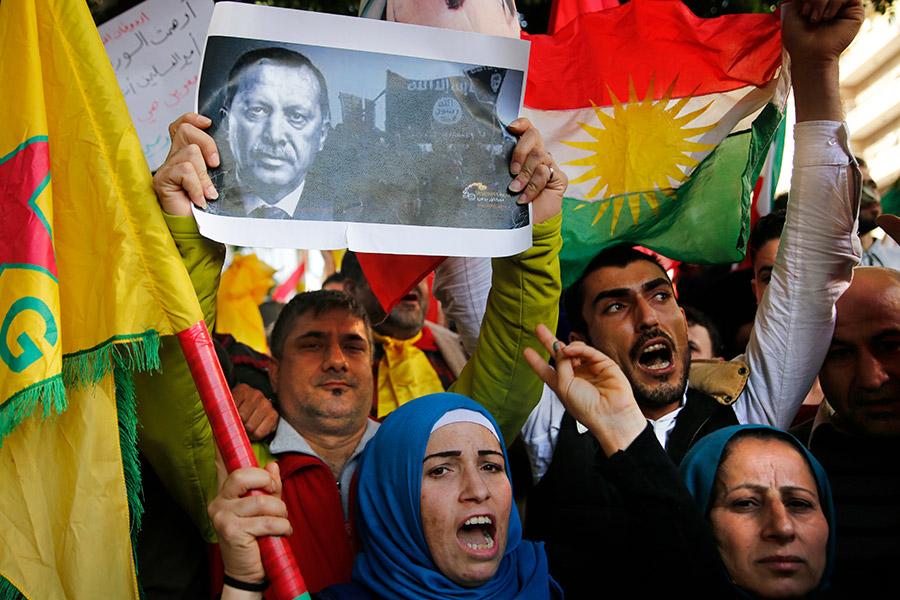 Курдские демонстранты протестуют против операции турецкой армии
