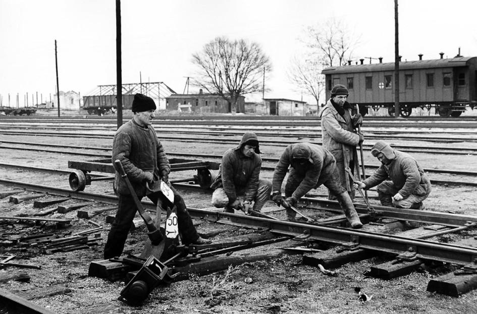 Керчь. Бригада путевых рабочих восстанавливает железнодорожный путь на станции Керчь-II. 1942 год