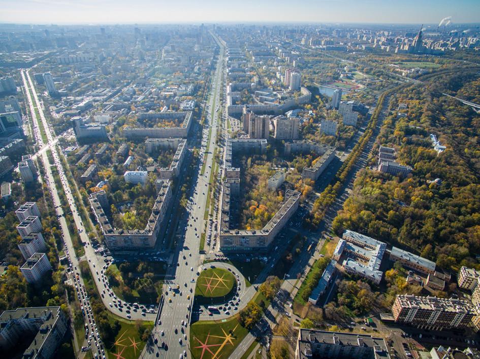 Вид на проспект 60-летия Октября, Ленинский проспект (по центру) и улицу Косыгина