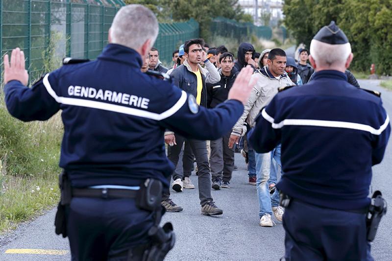 Сирийские мигранты пытаются проникнуть в тоннель под Ла-Маншем с целью добраться из Франции до Британии