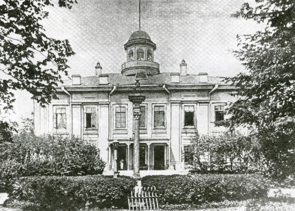 На протяжении XIX в. главный дом усадьбы перестраивался дважды - в середине века и после покупки части имения К.Т.Солдатенковым в 1865 г.