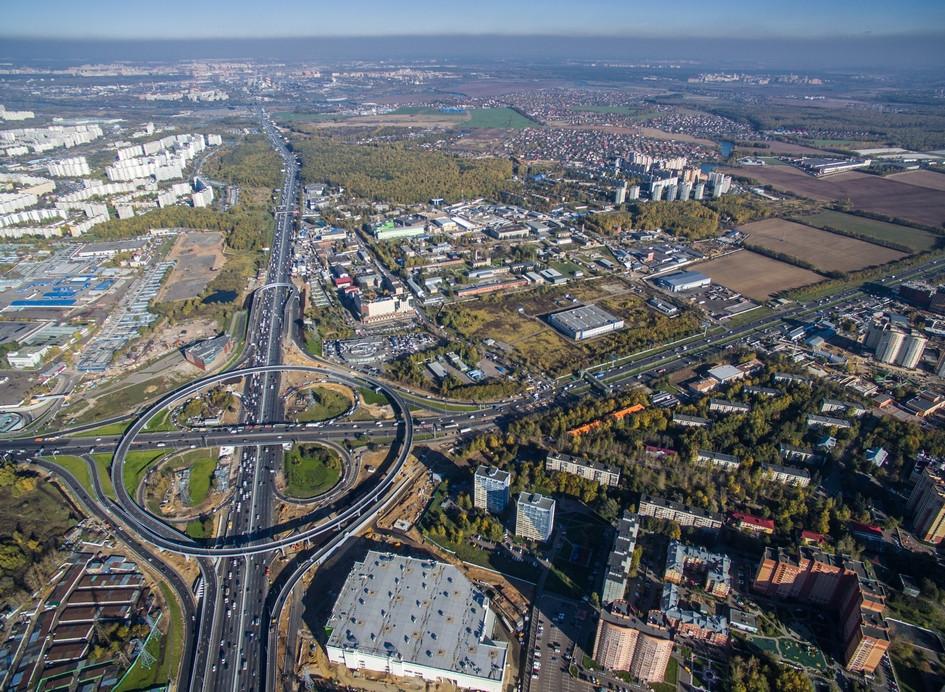 Вид на МКАД в районе 25км, развязку с Каширским шоссе и район Орехово-Борисово Южное. 2015 год